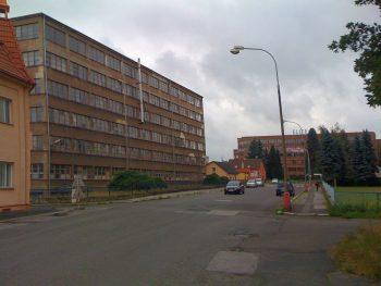 ELITE-budova 3 v pozadi
